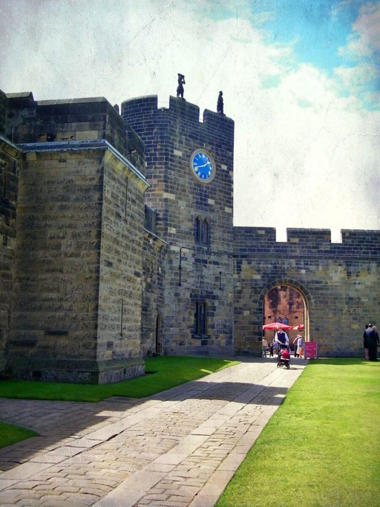 Alnwick castle, torre orologio