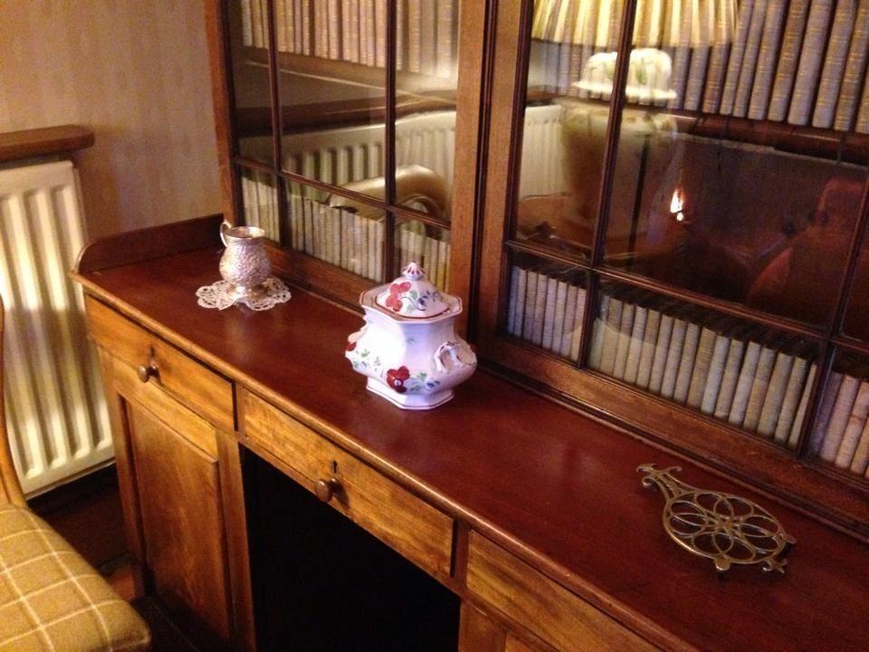 interno di salotto con porcellane