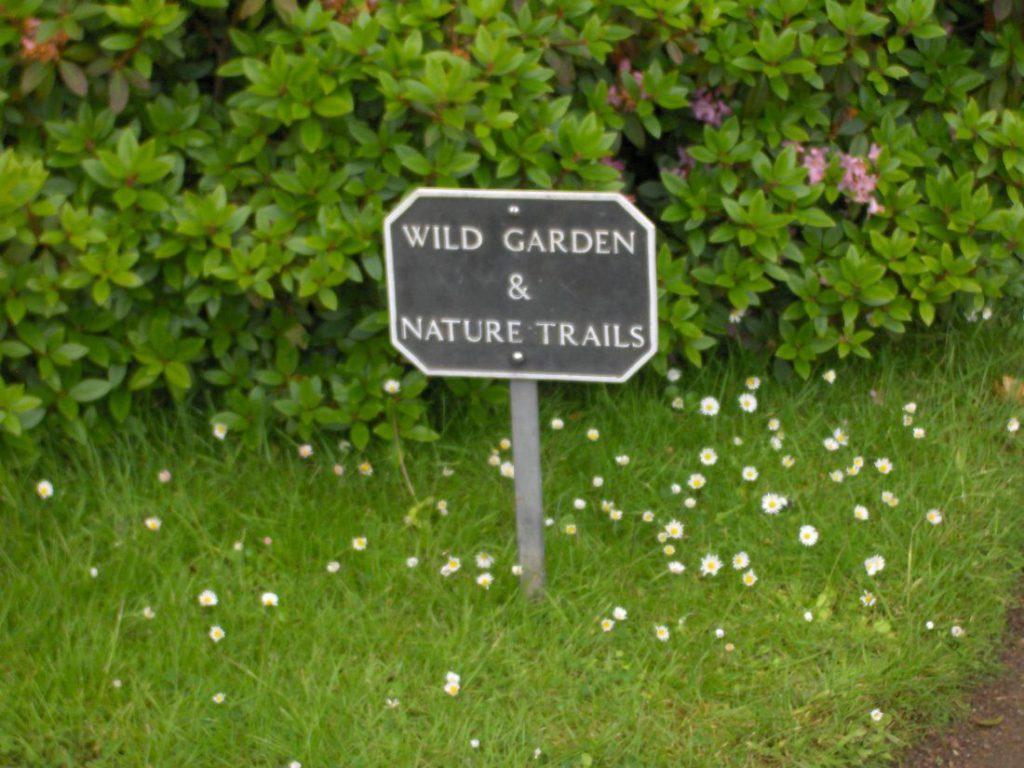 cartello di ingresso al giardino