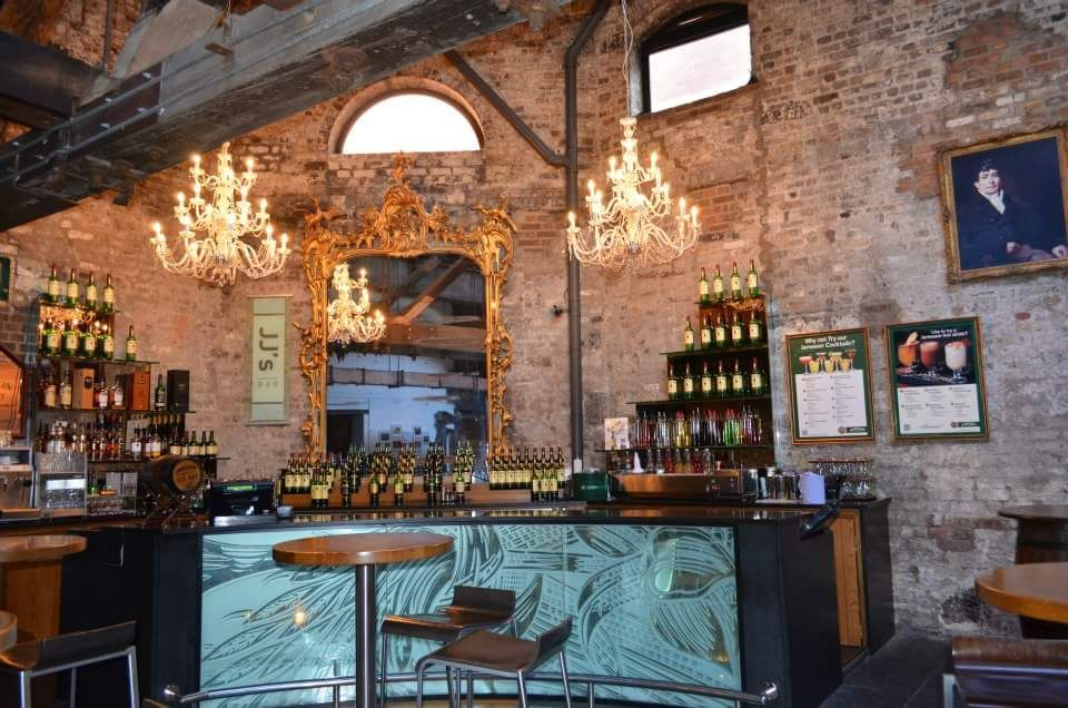 bar, specchio e interno jameson distillery