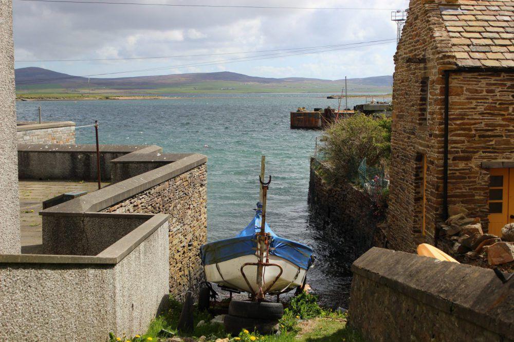 barca accanto ad una casa