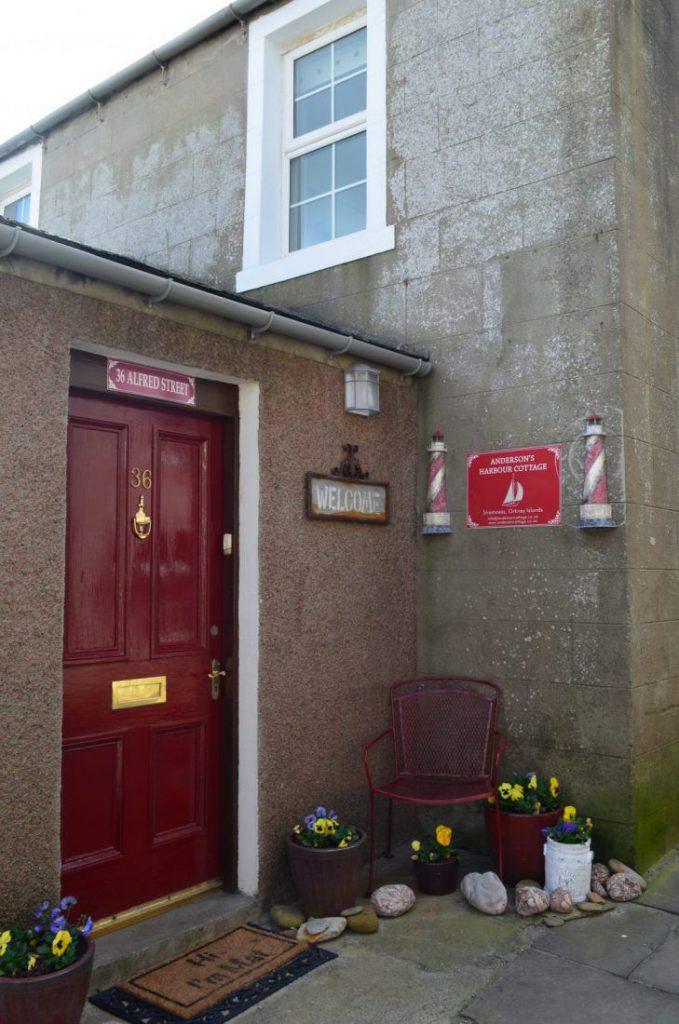 vicolo con porta rossa e fiori