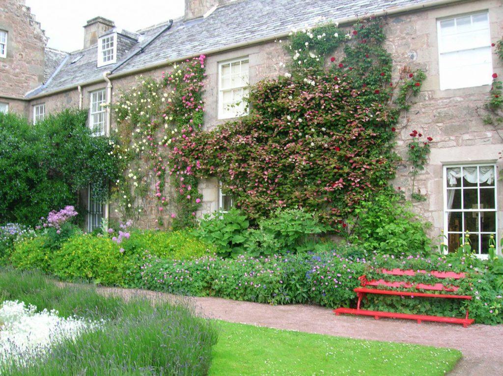 cawdor, giardino e panchina rossa