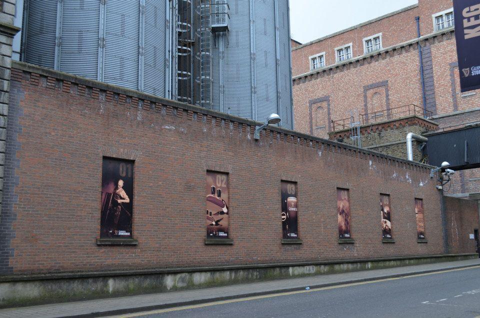 muro con manifesti a Dublino