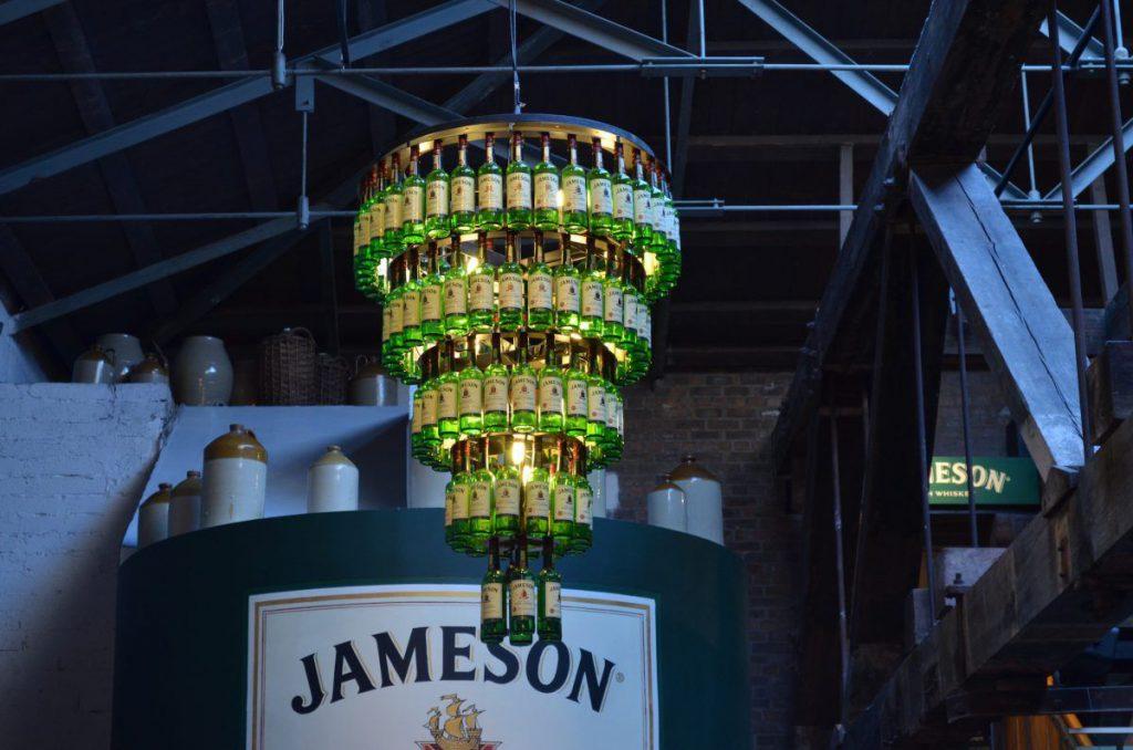 lampadario con bottiglie di whisky, jameson distillery
