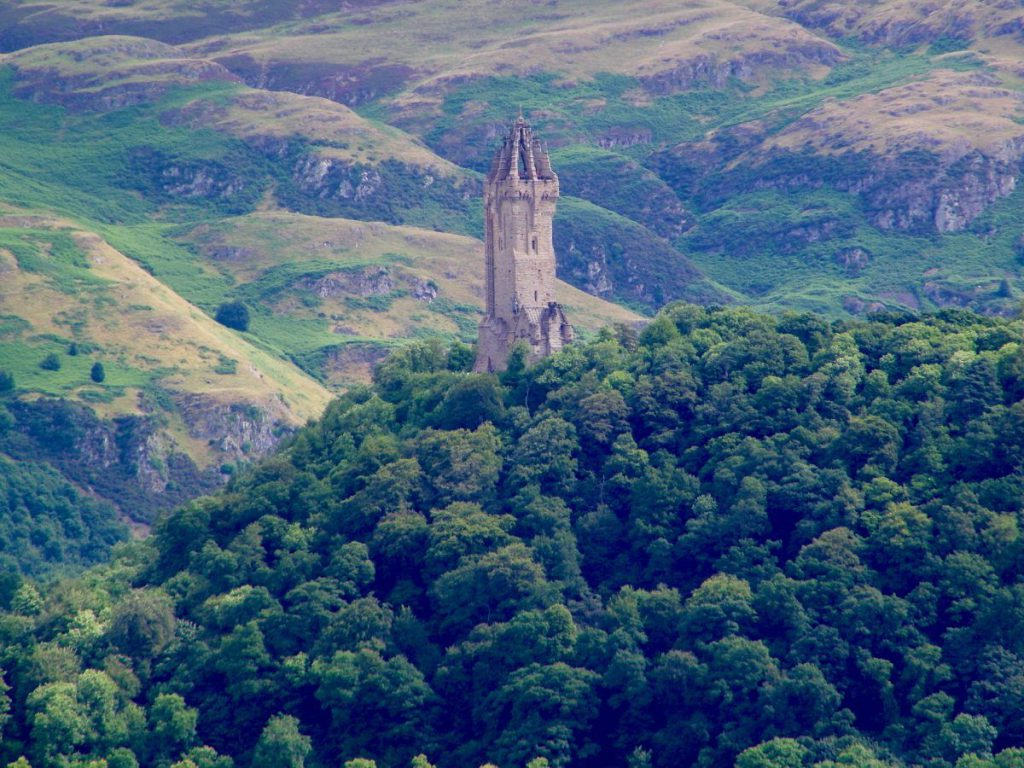 mausoleo, alberi e montagne