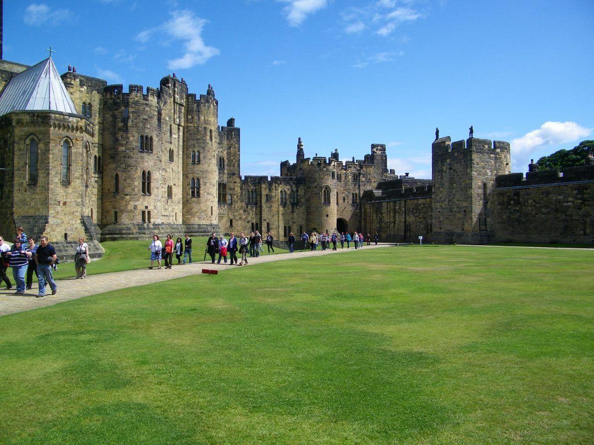 Alnwick Castle, il vero castello di Hogwarts, prato verde