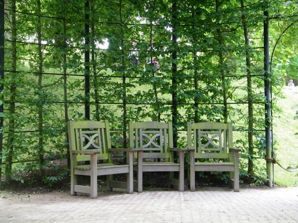 sedie di legno sotto il gazebo