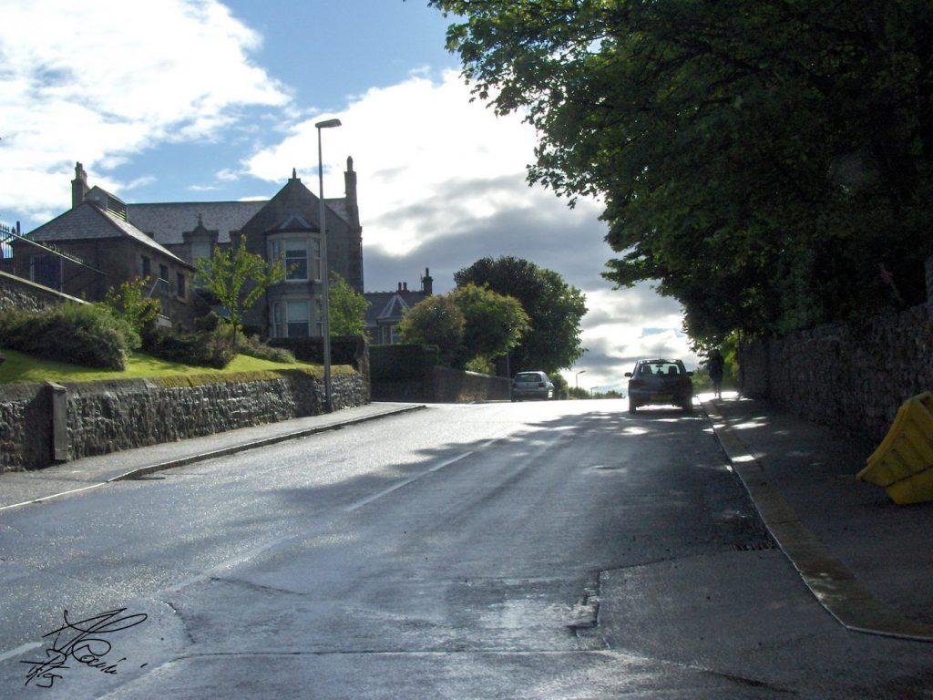 strada con case