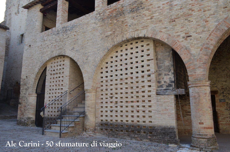 scalinata ed interno di castello