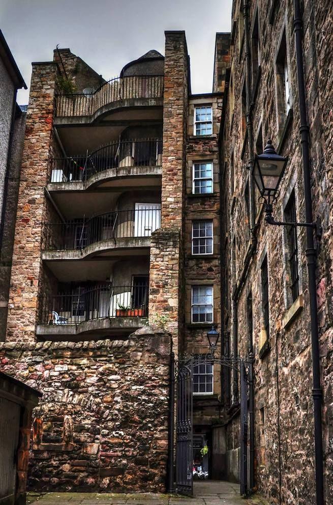 palazzo antico con balconi