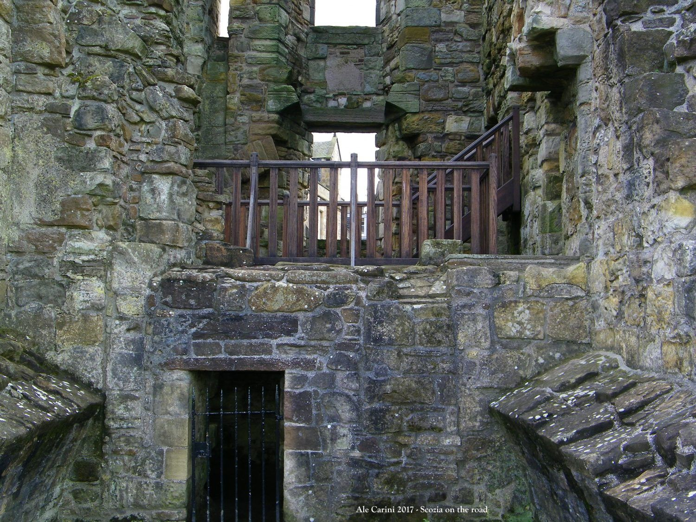 balcone in legno e resti di castello