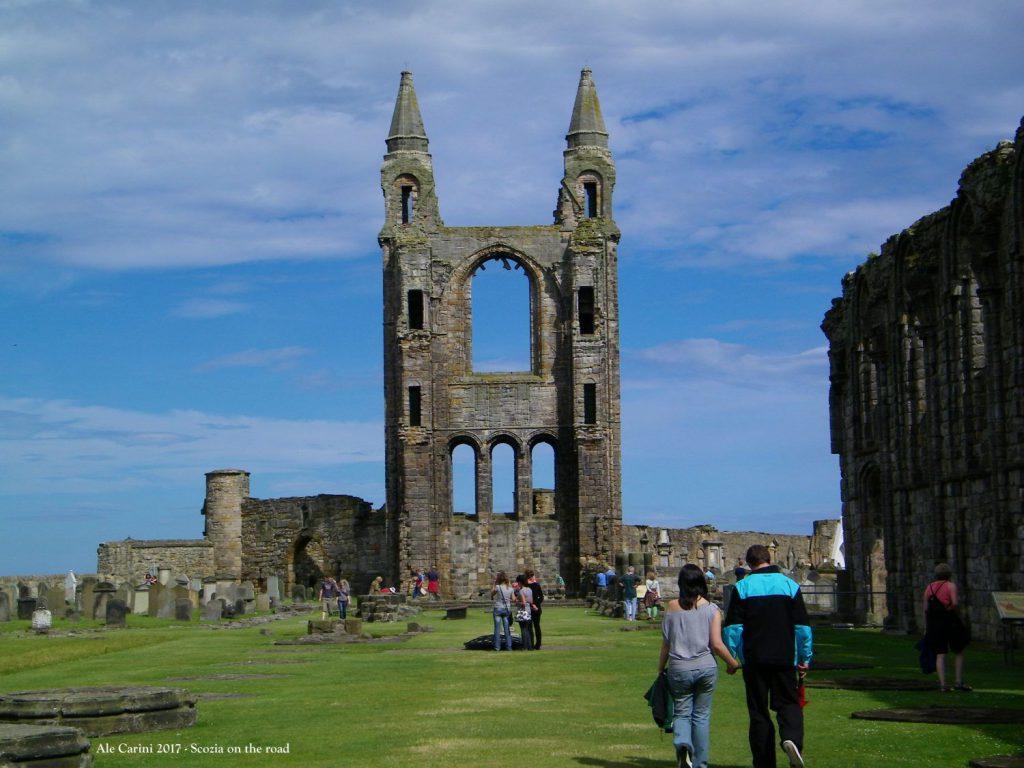 cattedrale, cielo e prato