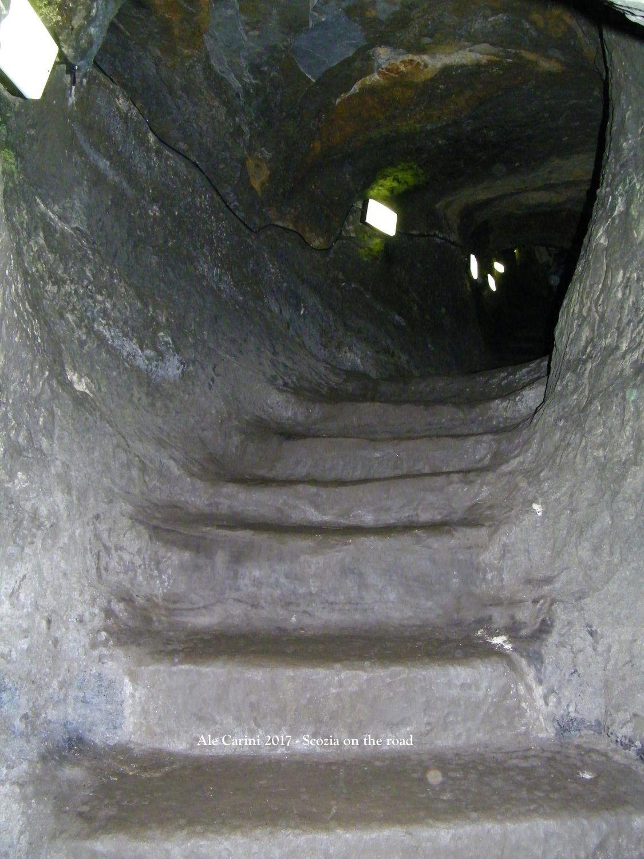 scale di pietra dentro una buca