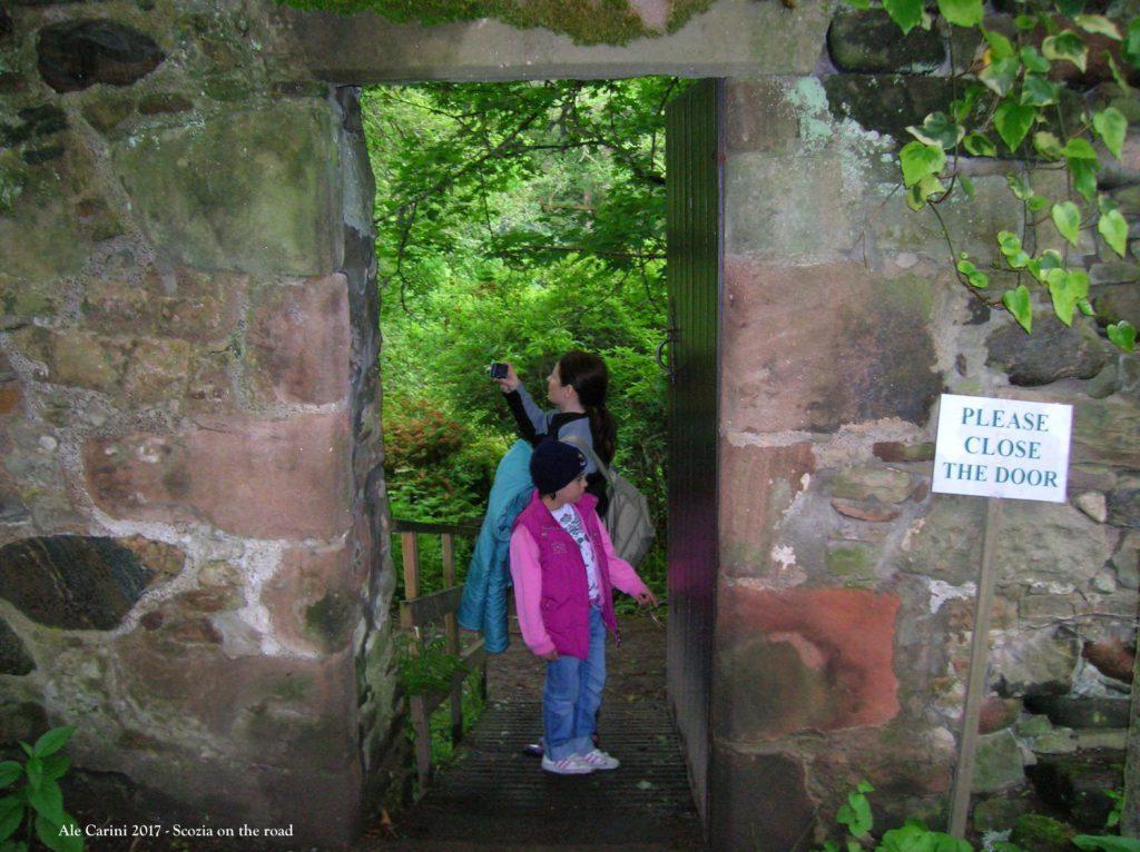 porta blu, mura di castello, persone