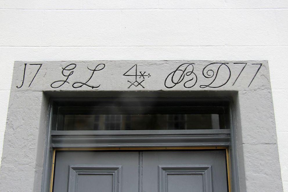 simboli sopra una porta