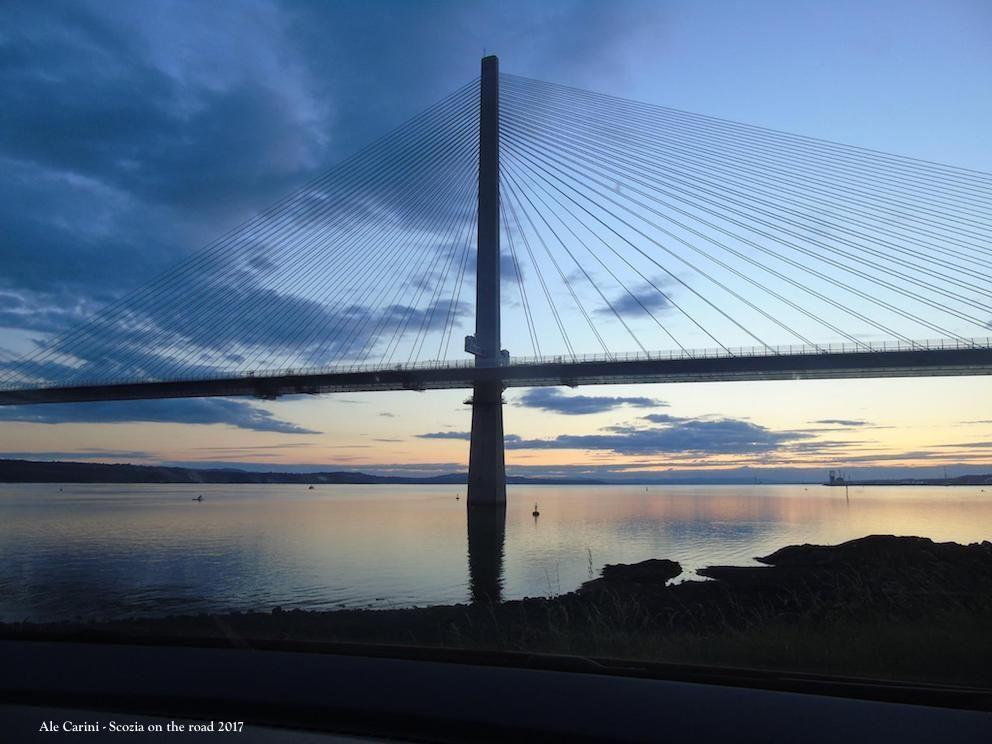 tramonto sul mare e ponte