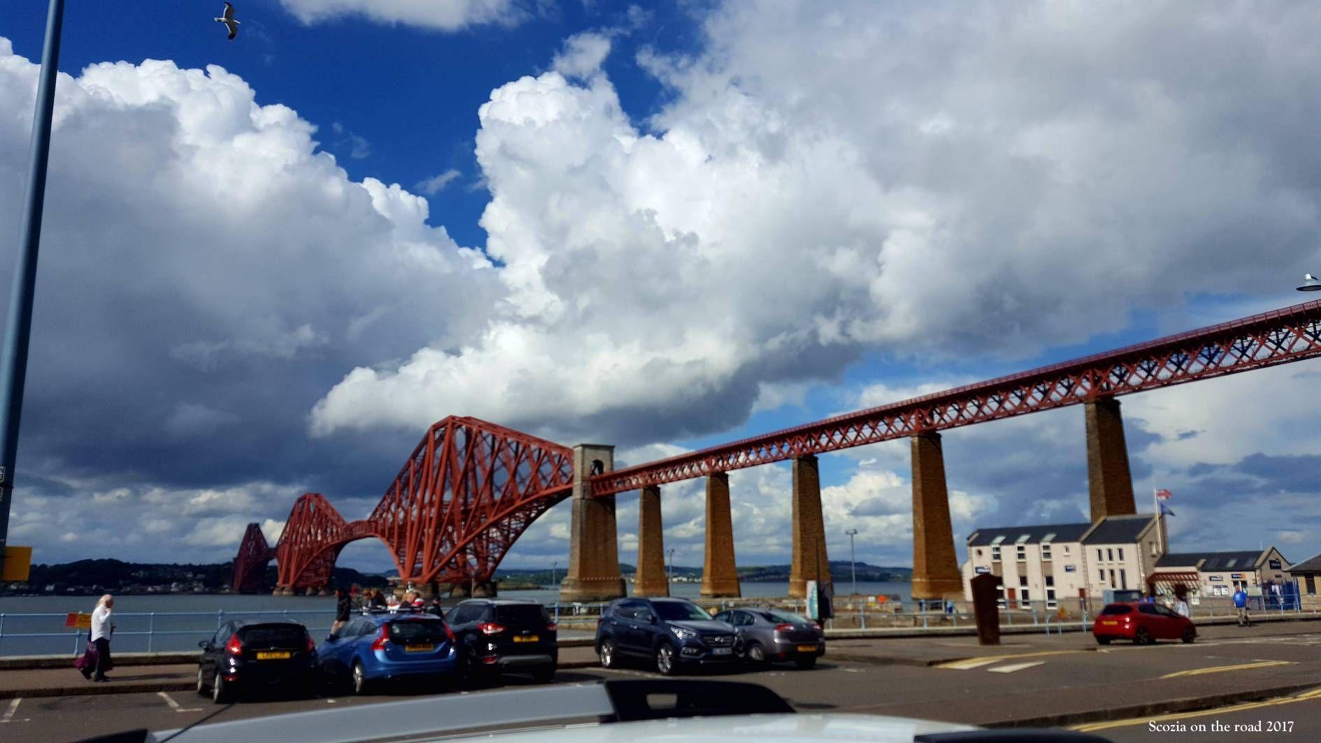 ponte rosso sul mare e case