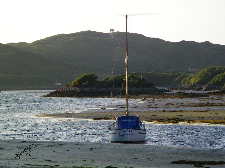 barca, spiaggia e montagne