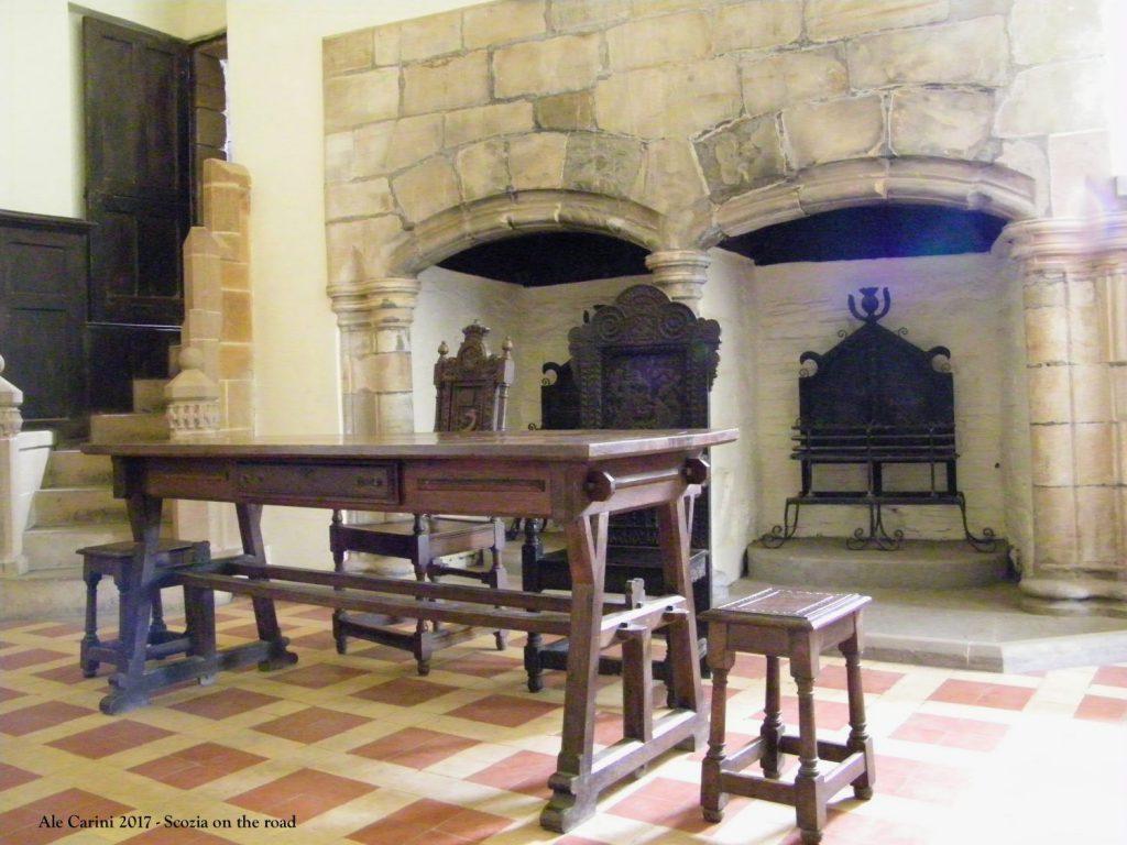 tavolo di legno, camini, sedie