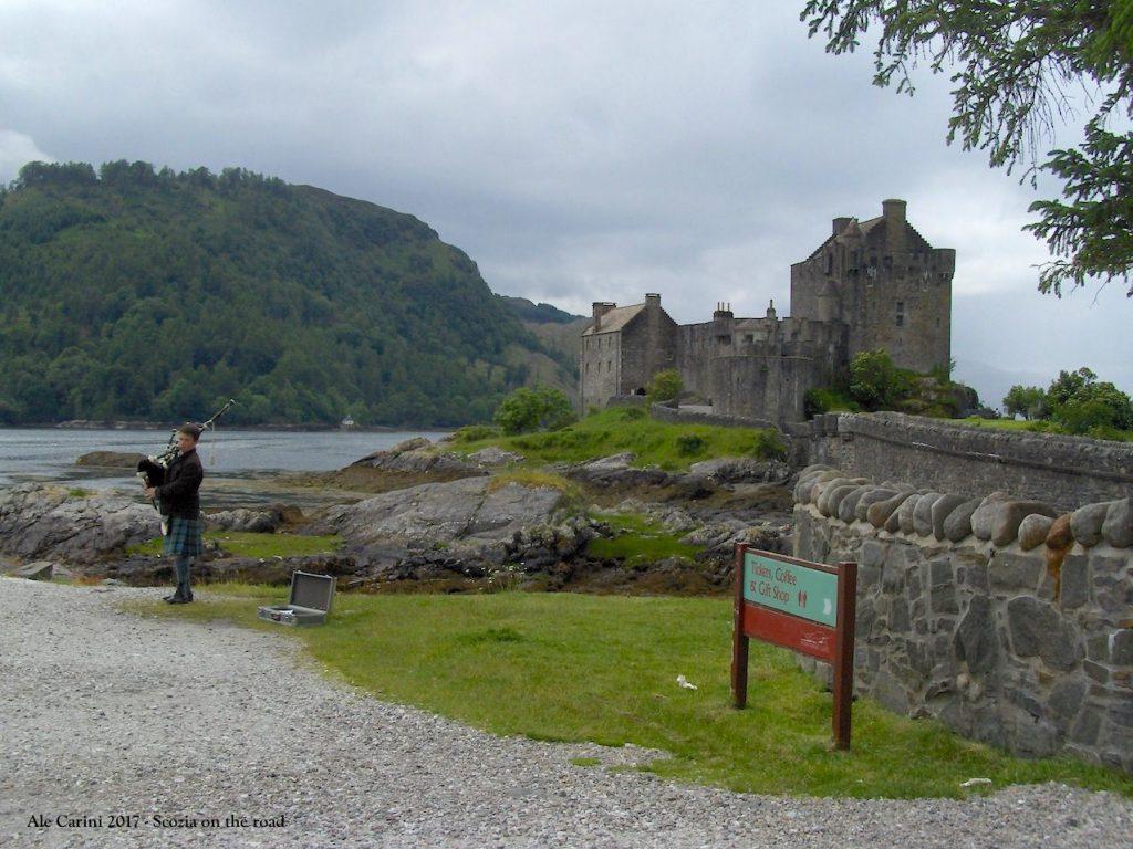eilean donan castle, castello, suonatore di cornamusa