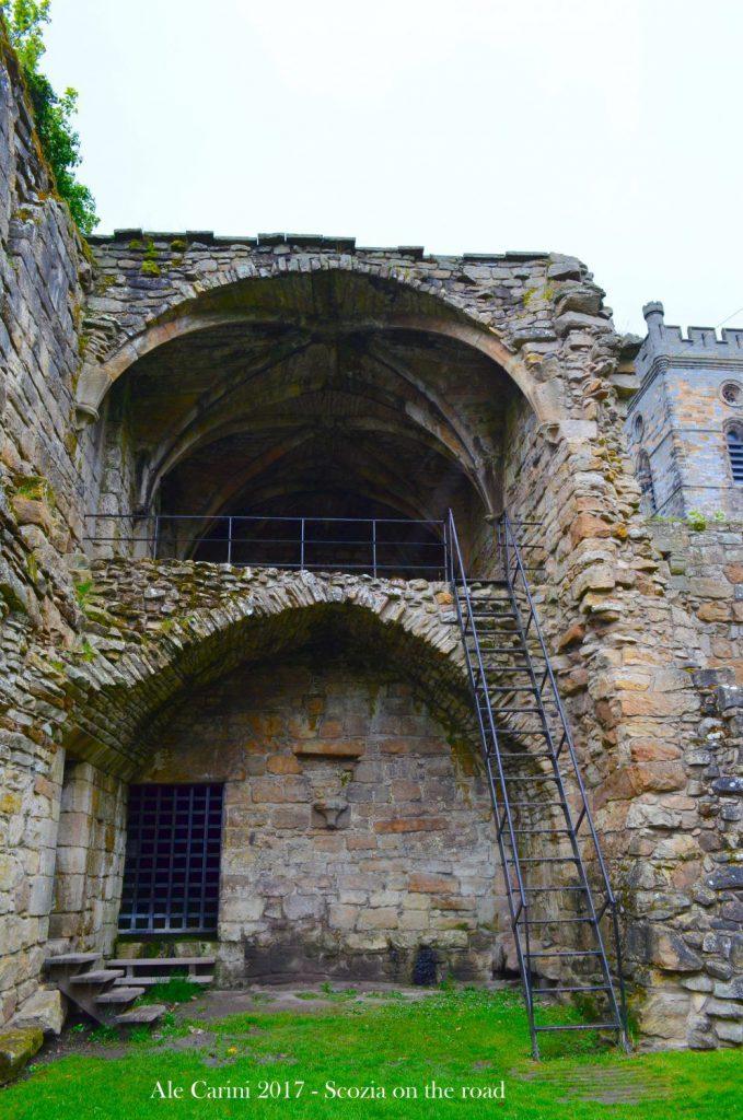 resti di edificio antico, scala di ferro