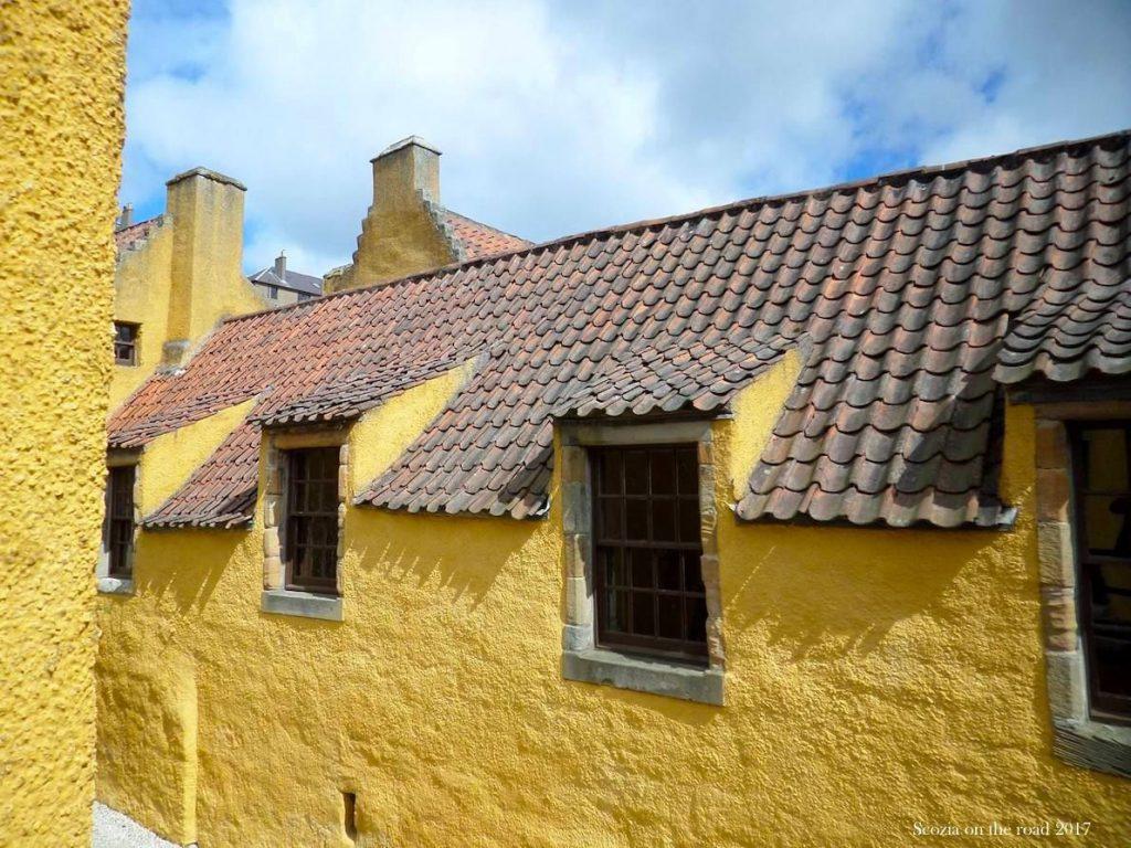palazzo giallo e tetto rosso