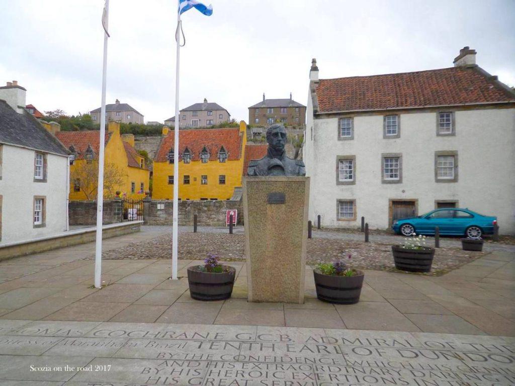 piazza, città, statua e aste di bandiera