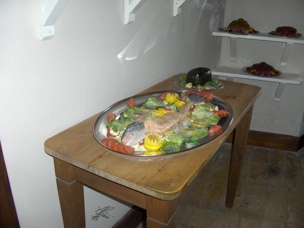 tavolo con vassoio di cibo