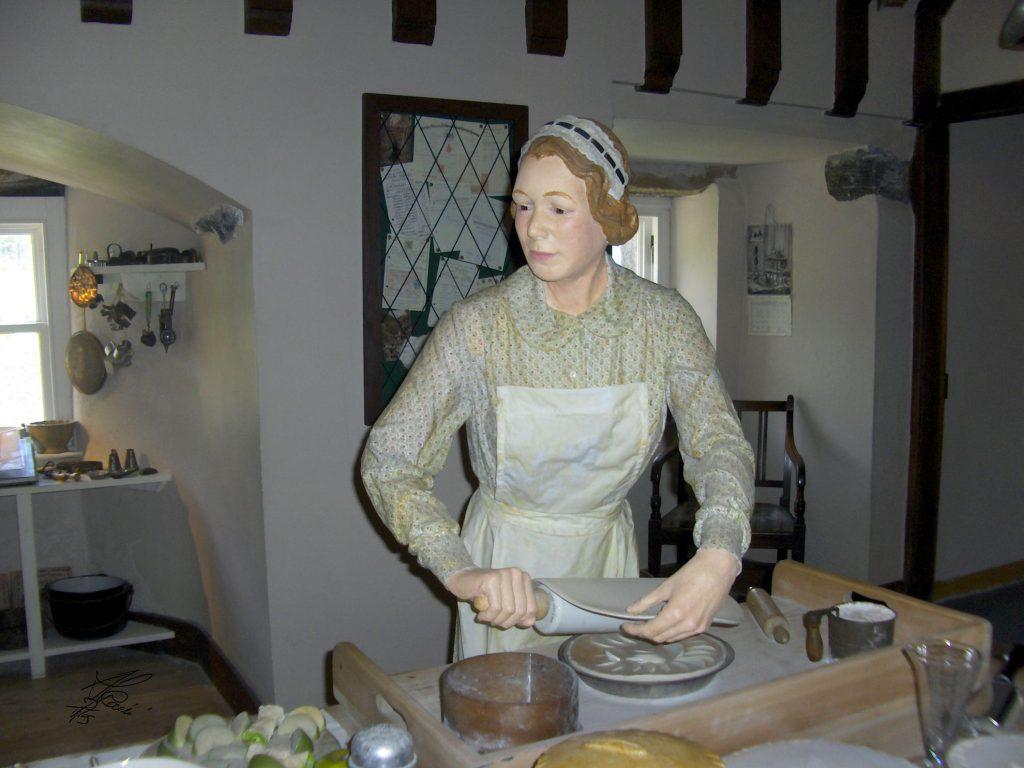 statua di donna che impasta, cucine interna
