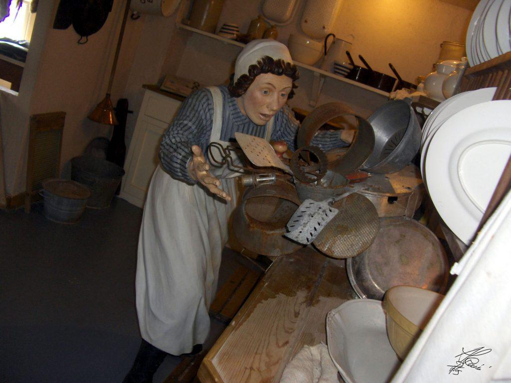 statua di donna che sistema la cucina