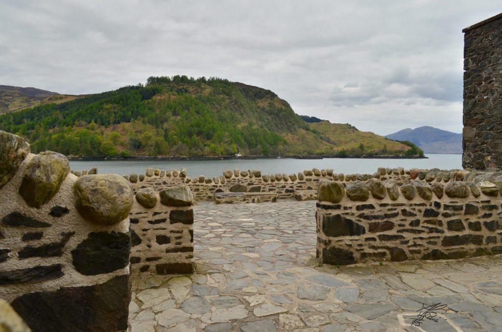 cortile interno del castello, collina e lago