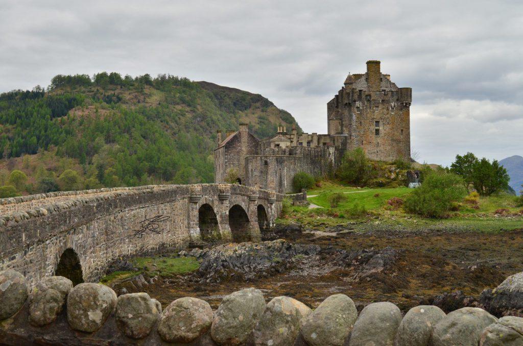 ponte di pietra, castello, colline