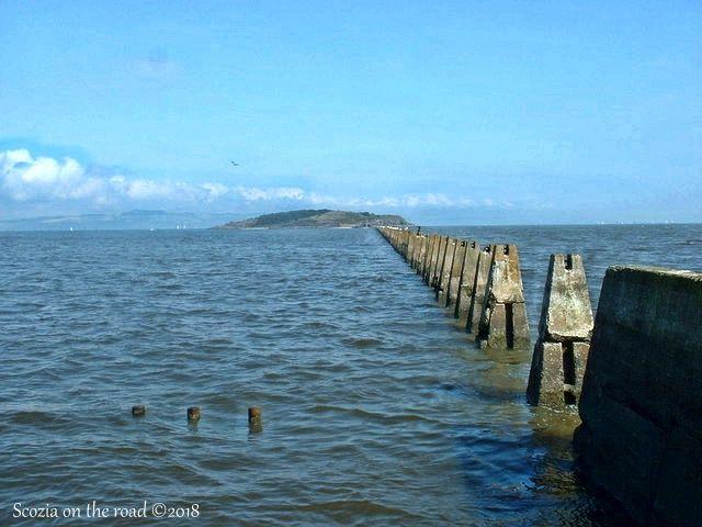 cramond island, piloni di cemento, mare, isola