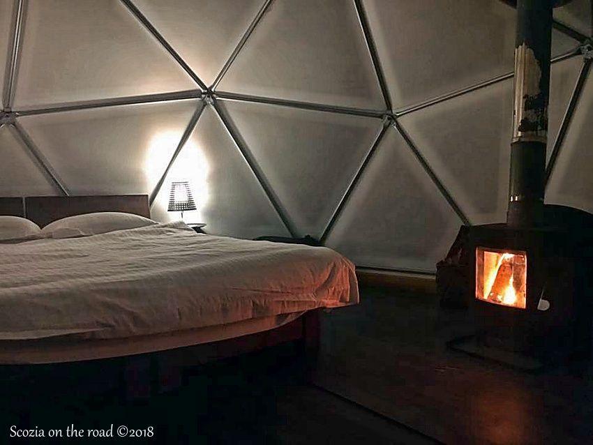 letto, stufa, tenda