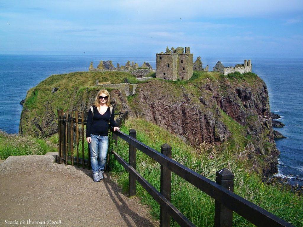 dunnottar castle, staccionata, scogliera, donna