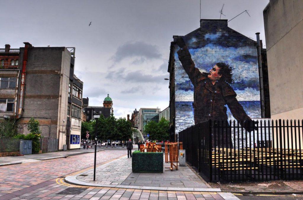 murales uomo in strada