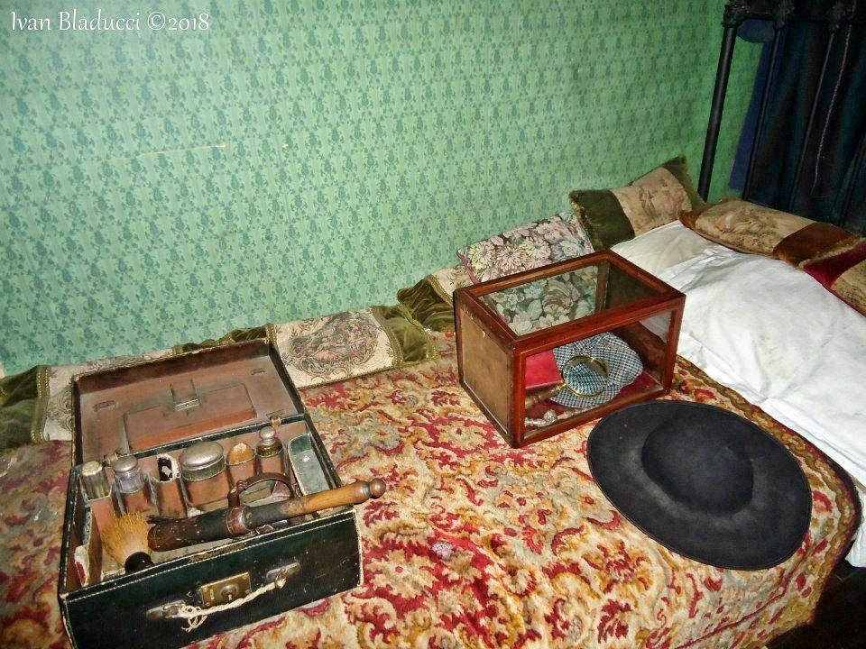 letto di museo con valige sopra