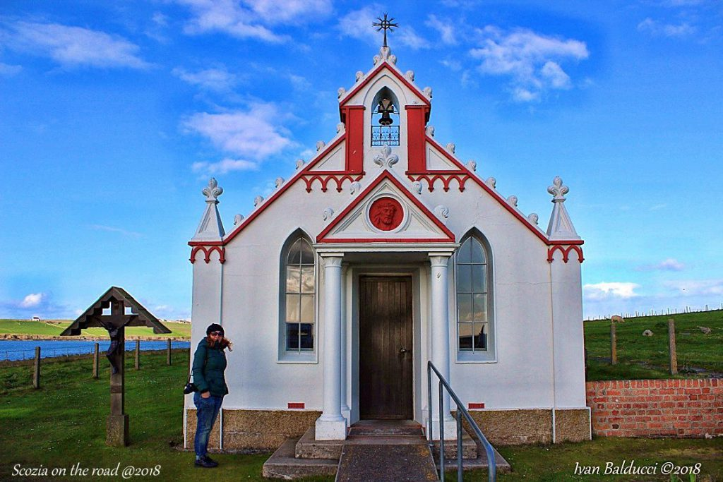 chiesa bianca e rossa