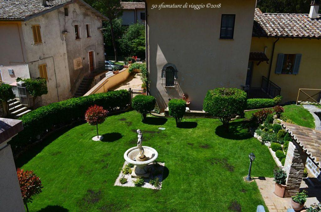 giardino con statua bianca, case