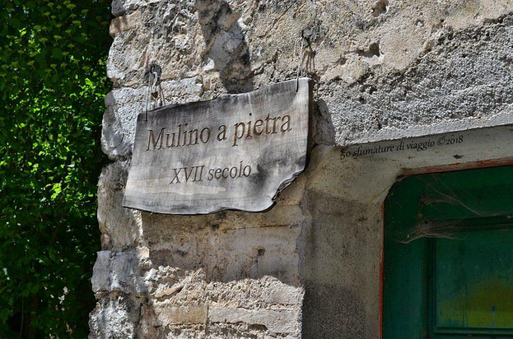 targa con scritta: mulino a pietra