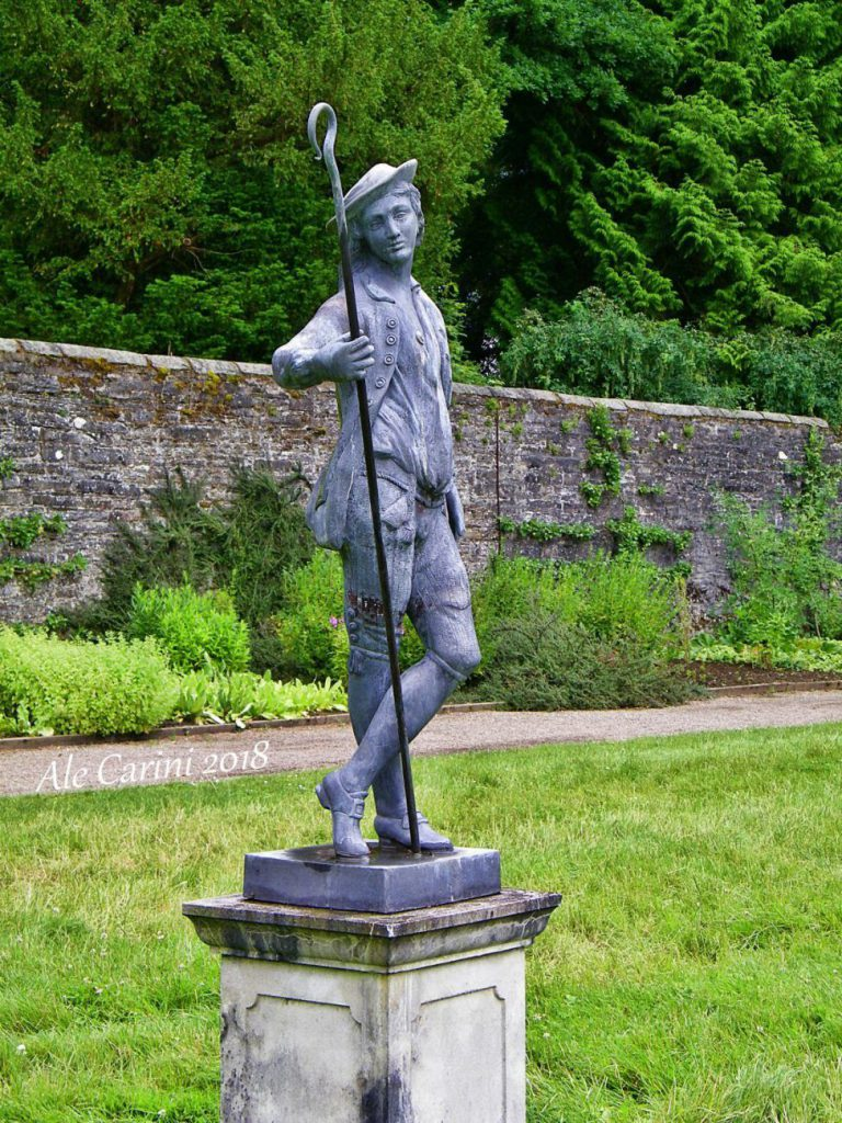 statua di uomo nel giardino
