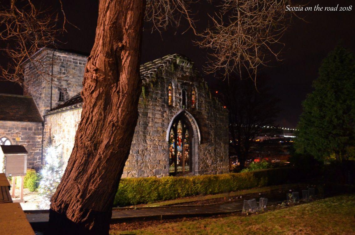 chiesa e albero