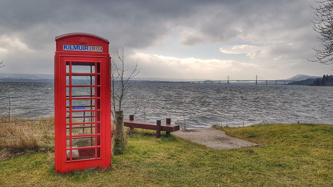 cabina del telefono, panchina con lago e ponte