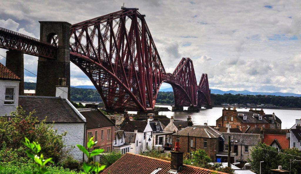 ponte rosso sulla città