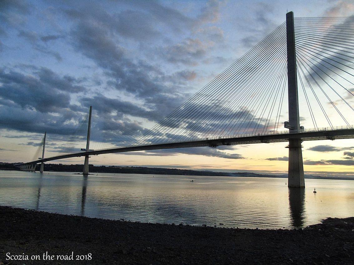 ponte d'acciaio sul mare