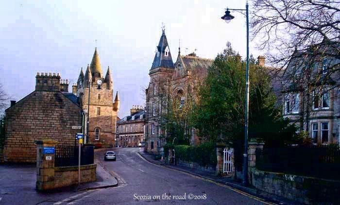 strada con campanile e palazzi