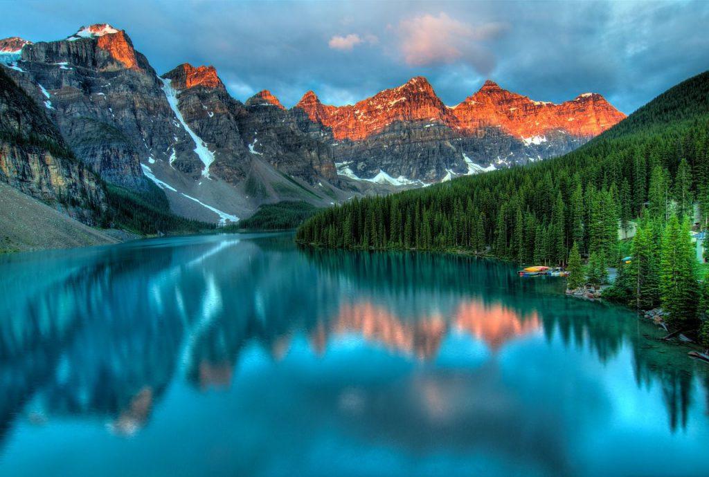 lago e montagne innevate
