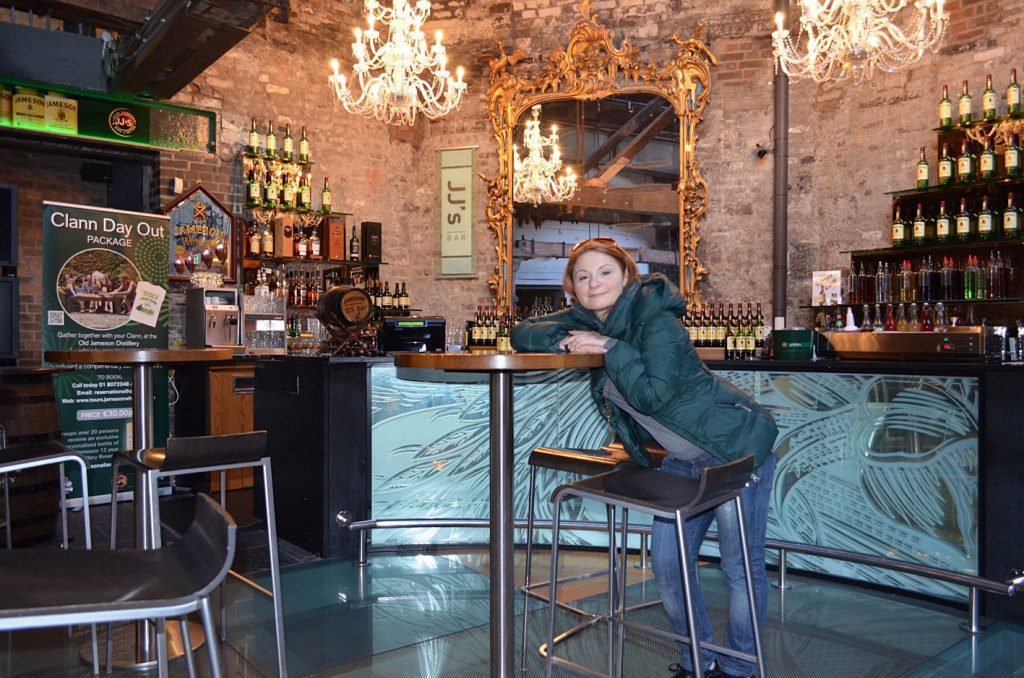 donna in distilleria