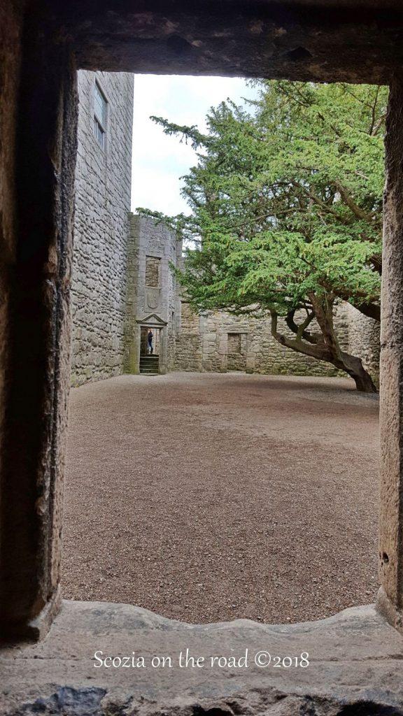 vista interna sul castello di craigmillar